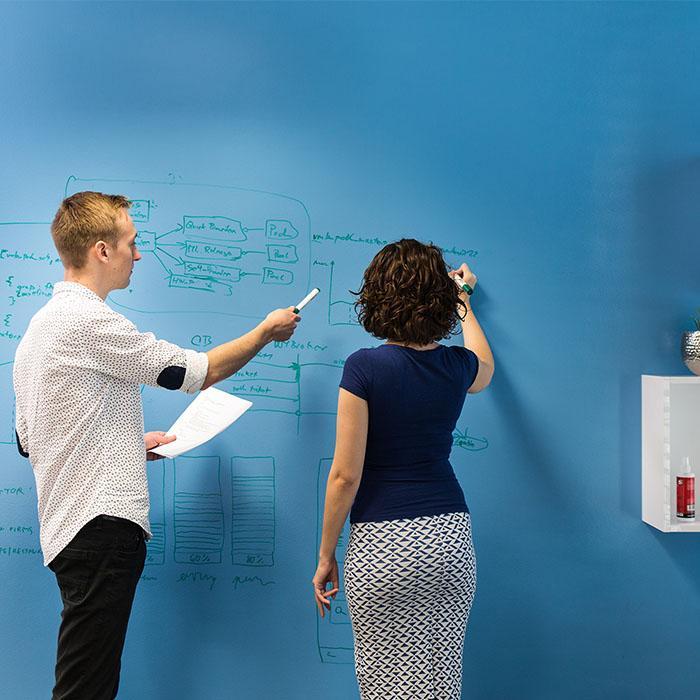 Smart Whiteboard Lack Transparent auf Wand zwei Personen schreiben
