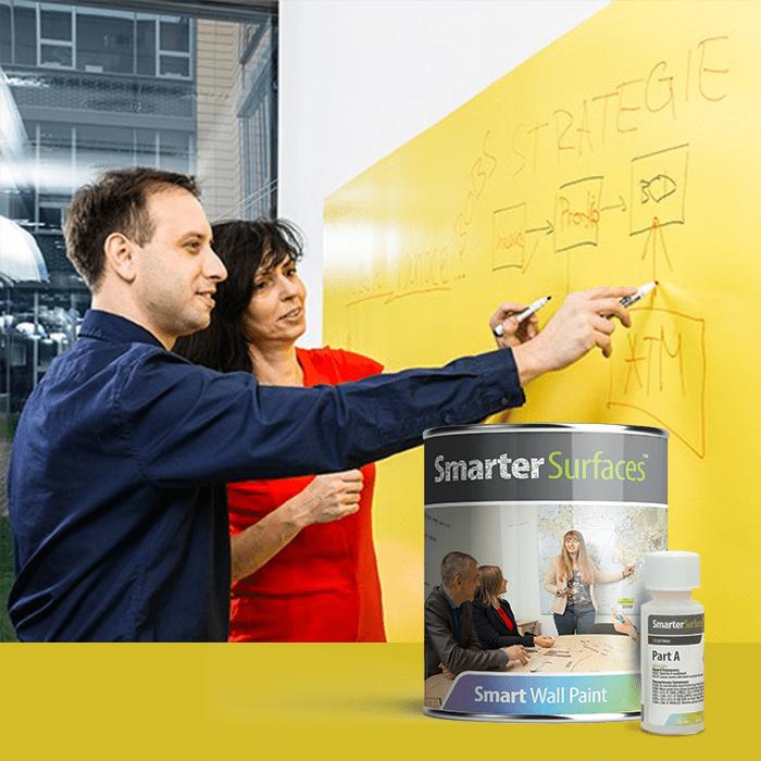 Smart Whiteboardfarbe Transparent Kombination Produktbild Fertiges Produkt Personen schreiben auf Wand