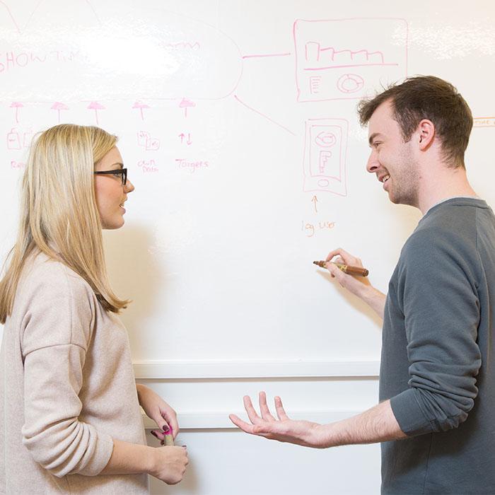 Smart Beschreibbare Tapete zum Präsentieren Mann und Frau machen Notizen