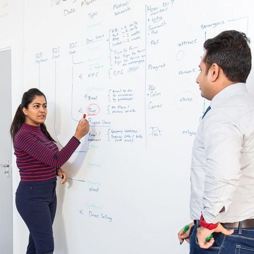 Smart-Whiteboard-Beamer-Tapete-im-Meeting