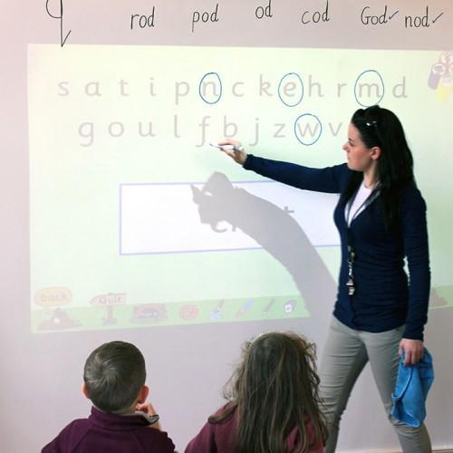 Smart Whiteboard Beamer Tapete in der Schule
