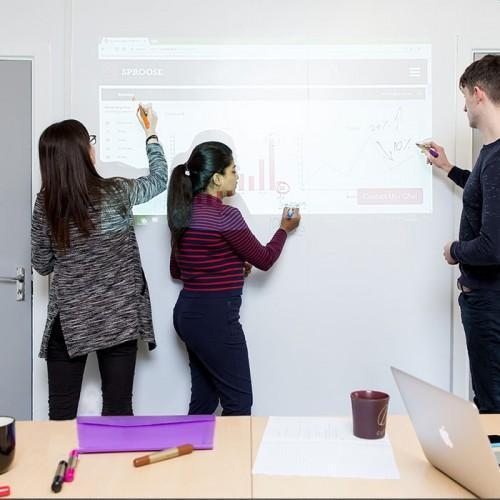 Smart Whiteboard Leinwandtapete im Meetingraum beschreibbar projizierbar