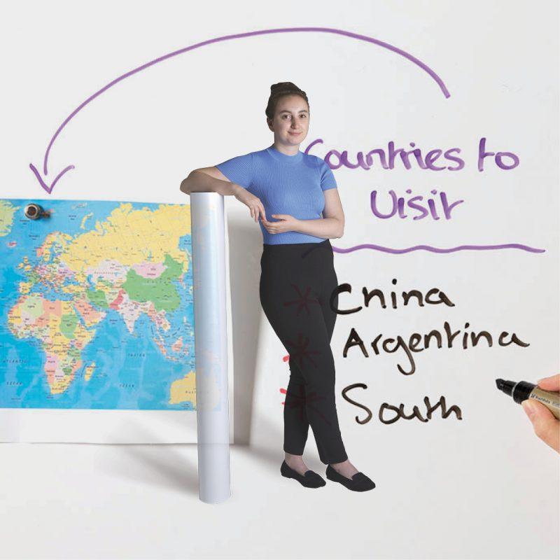 Magnetische Whiteboard Wand in Nutzung mit Tapetenrolle davor 1 1