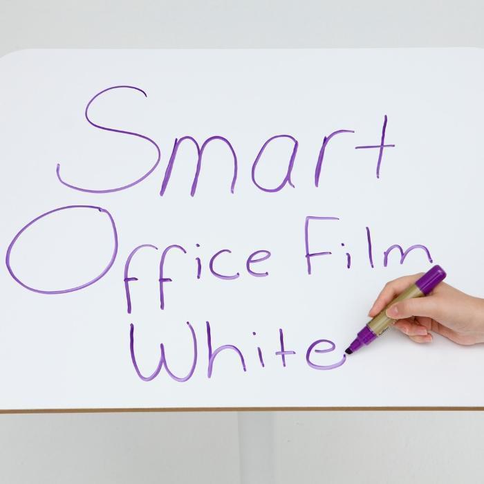 Smart Whiteboardfolie selbstklebend auf kleinem Tisch