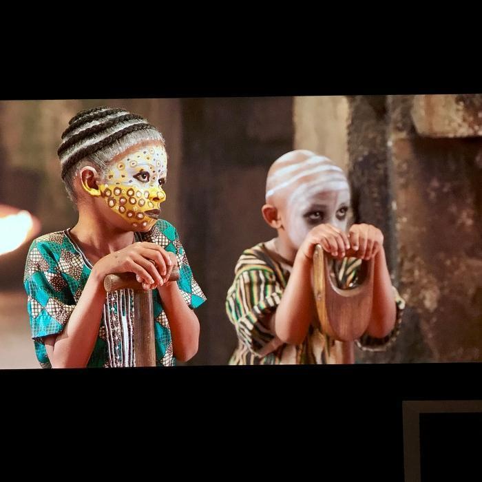 Bild von Kindern projiziert auf Wand mit Leinwandfarbe Pro