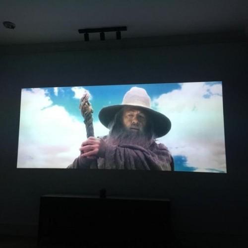 Film projiziert auf Wand mit Smart Leinwandfarbe Kontrast