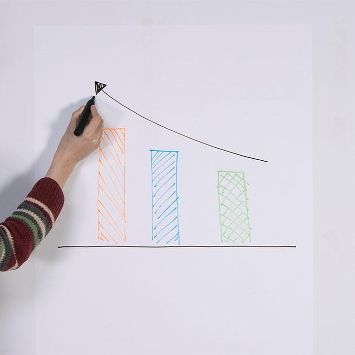 Smart Whiteboard Sheets Person schreibt auf Wandaufkleber mit Balkengrafik