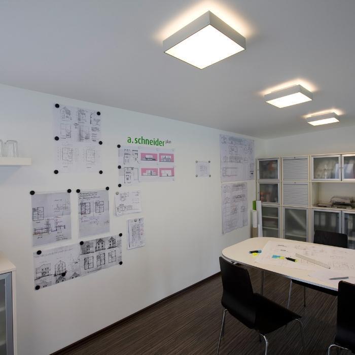 Smart Magnetspachtel auf Wand im Meetingraum
