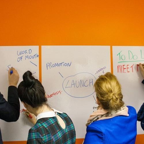 smart whiteboard sheets werden an Büro Wänden verwendet