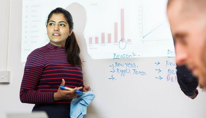 Whiteboard-Wand-Projektionen-Meeting-multifunktionale-Flächen