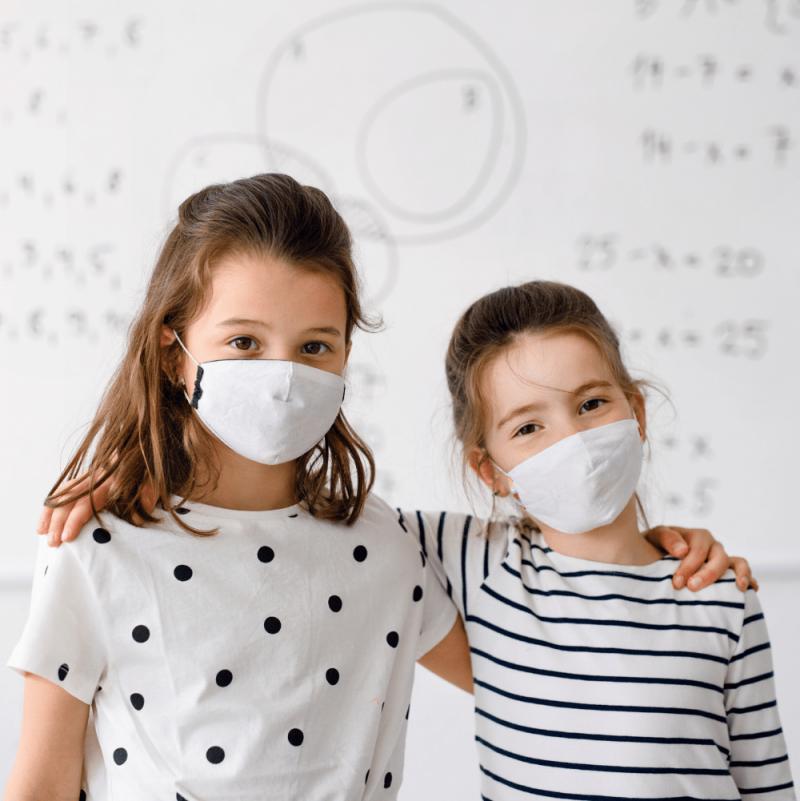 zwei kinder stehen vor antimikrobieller Whiteboard Farbe von Smarter surfaces